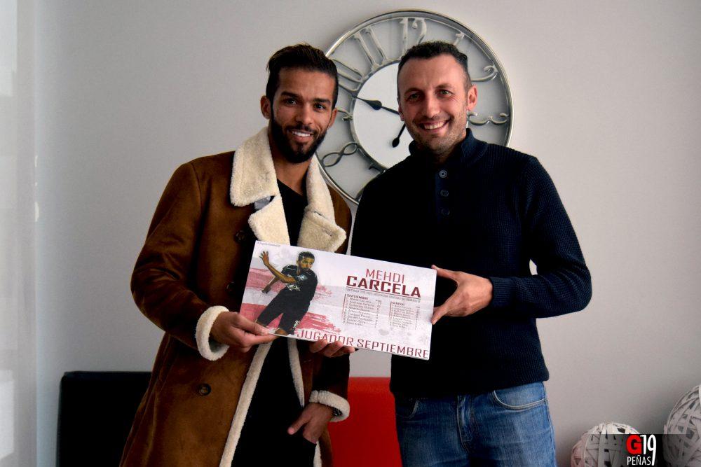 Un peñista entrega el premio Jugador G19 Septiembre a Mehdi Carcela